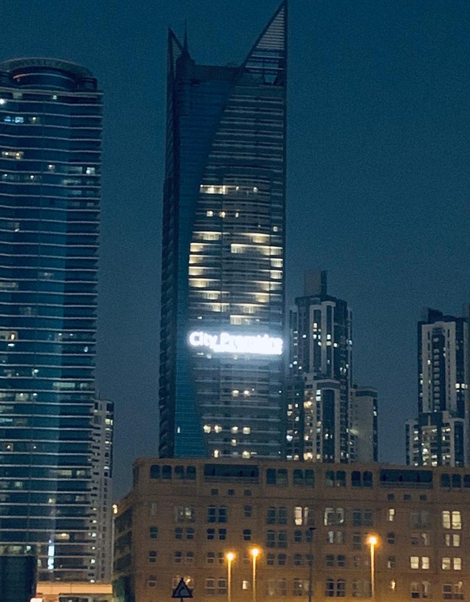 迪拜多家酒店点亮爱心 呼吁世界各国共同抗疫