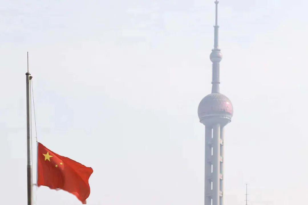 刚刚,上海警报长鸣,地铁暂停,外滩万国建筑降半旗,3分钟是送行,也是致敬