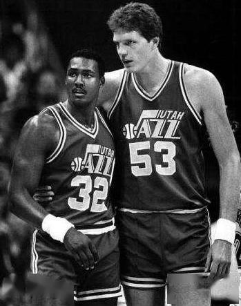 NBA历史肩宽第一人!马龙在旁边小鸟依人,2米24站着盖帽轻轻松松
