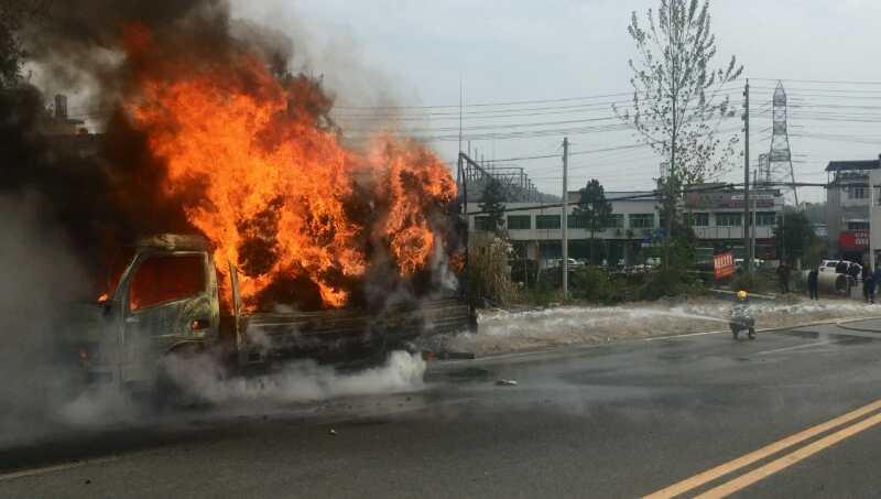 满载塑料制品货车起火 浠水消防到场扑灭