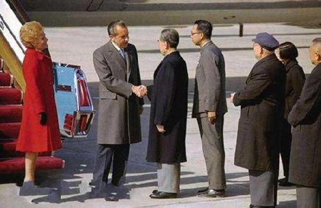 周恩来与尼克松握手