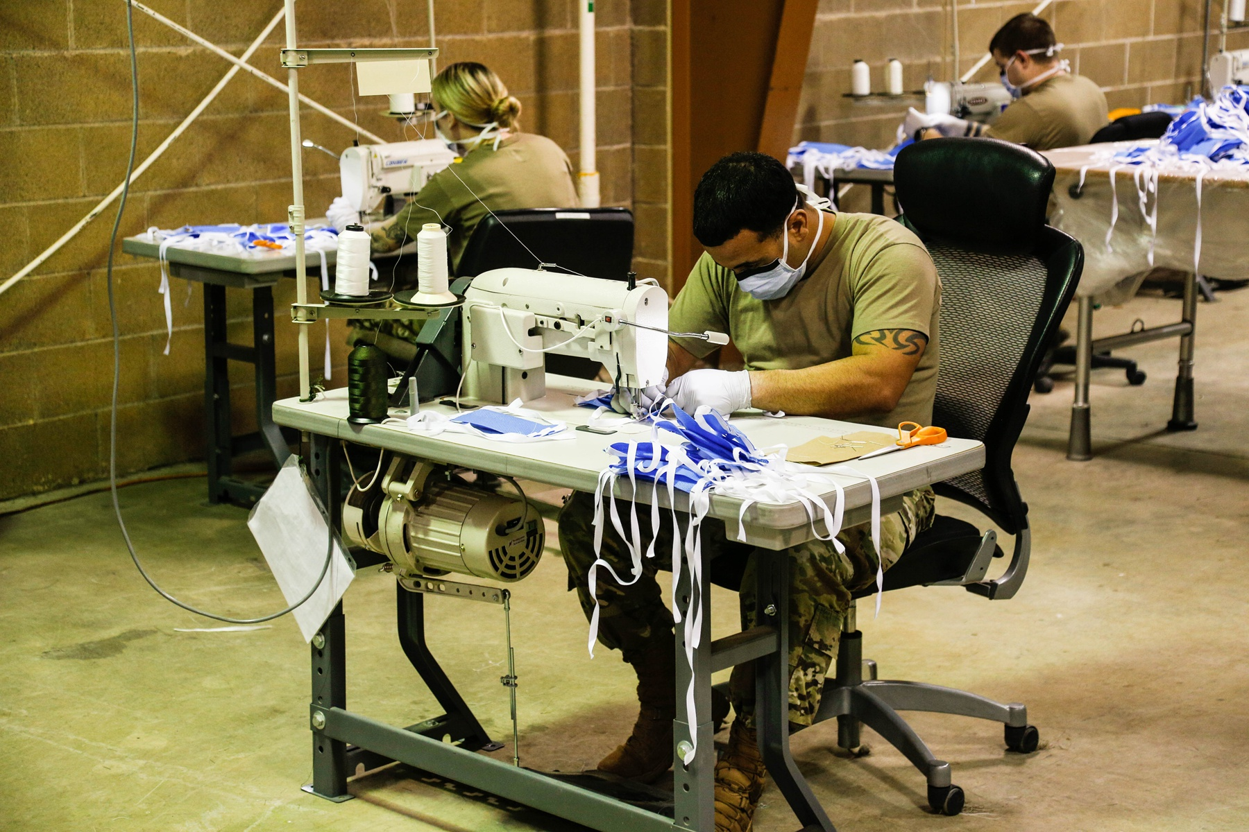 口罩太少怎么办?美国大兵用缝纫机拼命造,男女搭配干活真的不累