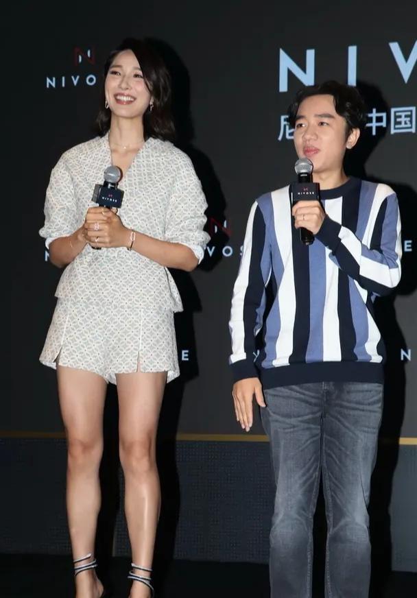 「短装」李亚男一袭短装秀超模身材,同框王祖蓝一脸甜蜜,女高男低又怎样