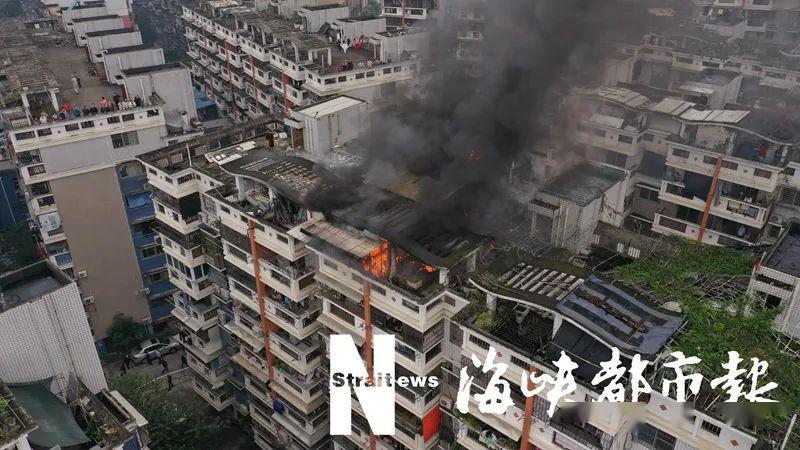 突发!福建一小区楼顶大火!浓烟几公里外可见!