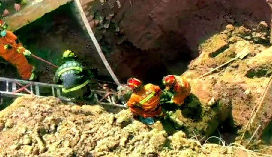 濟南一降水井塌方1人被埋!消防緊急救援