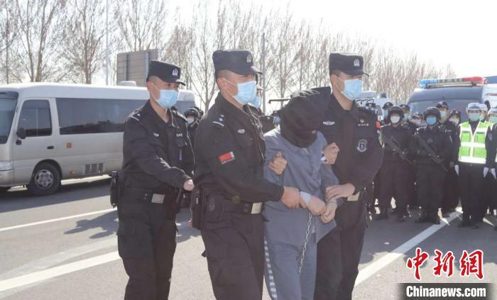 恒行平台首页男子杀害一家三口潜逃20年 内蒙古警方破获灭门惨案