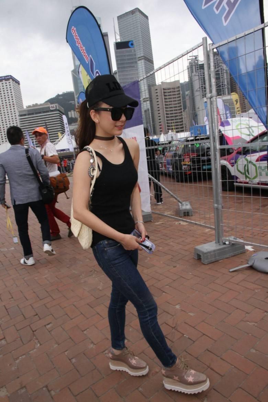 方媛穿紧身裤搭平底鞋鞋,不仅暴露腿型,也反映了她155的身高!