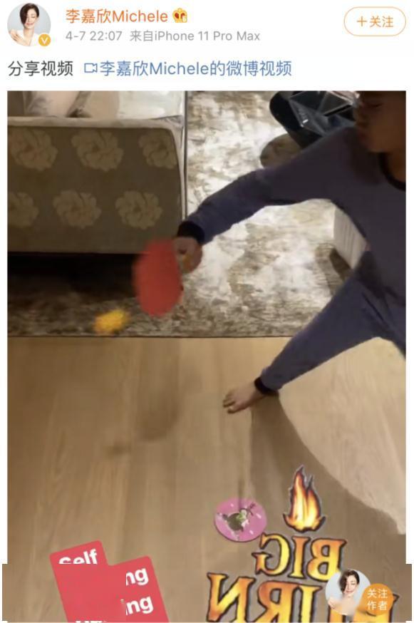 原创             李嘉欣儿子打乒乓球,意外曝光豪宅内景,客厅狭小沙发只能坐6人