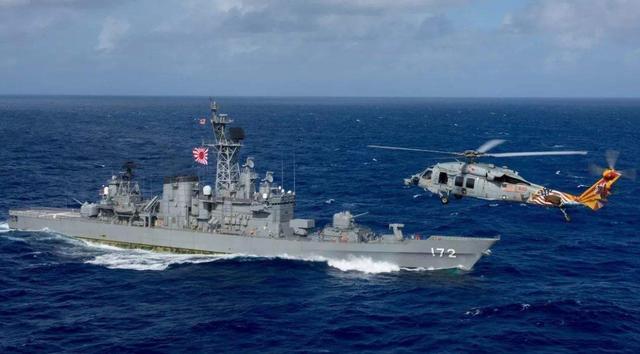 日本驱逐舰闯入中国经济区,随后却被渔船撞上,出现一米长口子