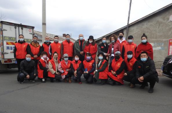 克东县志愿者协会组织的爱心志愿者们慰问失火受灾家庭姜亚玲家