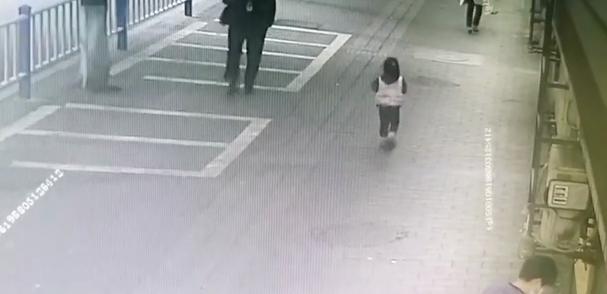 """小女孩贪玩走失,民警化身""""奶爸""""助其回家"""