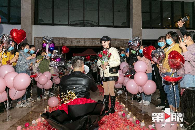 重慶支援湖北護士收獲浪漫求婚!你守護生命 我一生守護你!