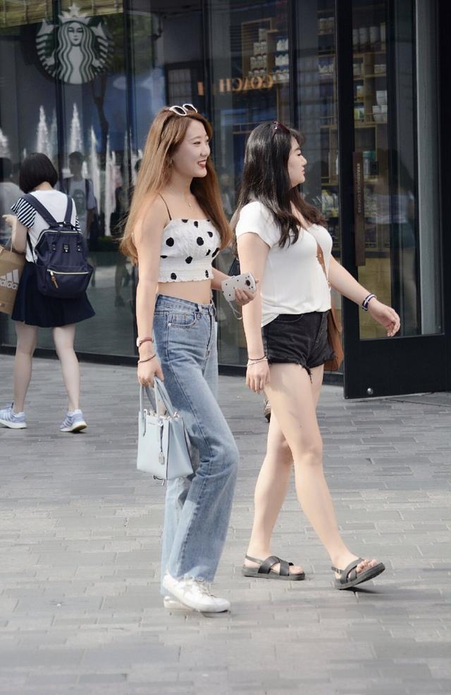 街拍,小姐姐搭配拉鏈式皮裙,呈現出不一樣的視覺美感