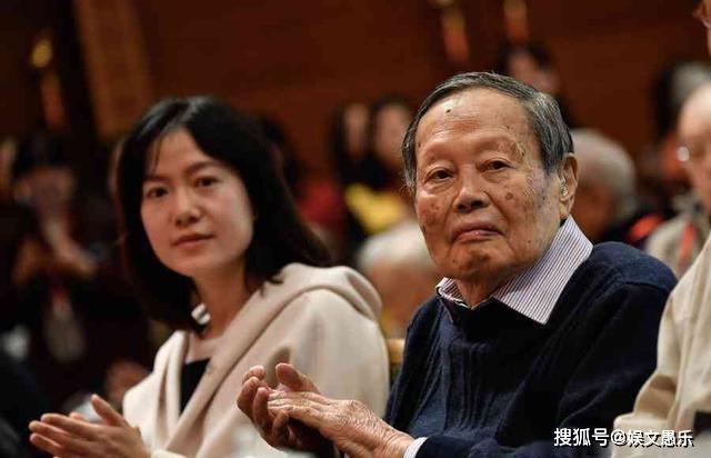 「杨振宁」婚姻被疑利益互换,如今成模范夫妻人人夸她28岁嫁82岁耄耋老人