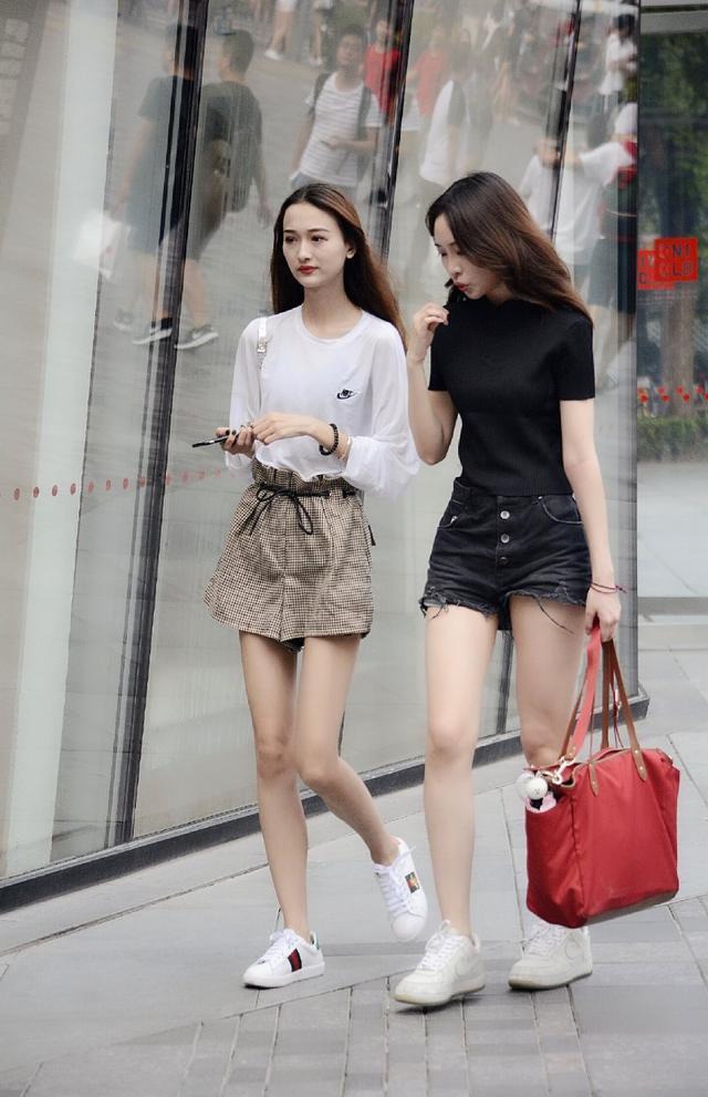 街拍,小姐姐搭配拉链式皮裙,呈现出不一样的视觉美感