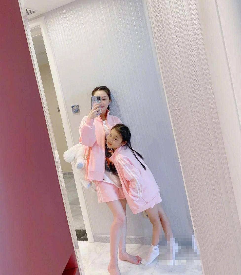 [女儿]皮肤白皙比8岁女儿还嫩,无奈双手暴露年纪,李小璐穿亲子装上瘾