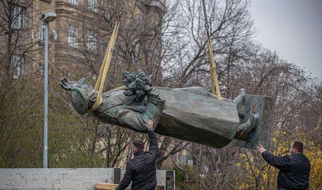 东欧国家拆除苏军纪念碑,俄罗斯怒了:要追究外国官员刑事责任?