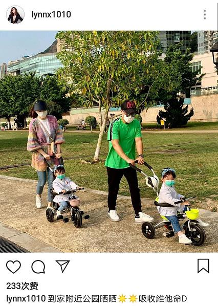 熊黛林四口之家出门晒太阳,夫妻各自推婴儿车,双胞胎女儿超可爱