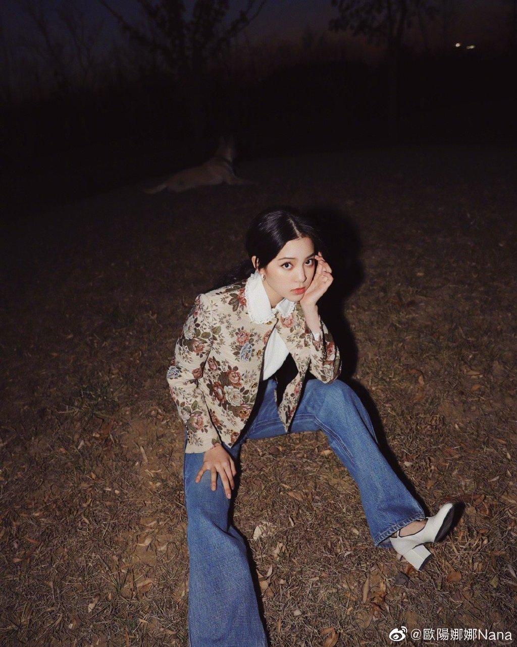欧阳娜娜撞衫Lisa,Celine花卉夹克,撞衫得各有特色!