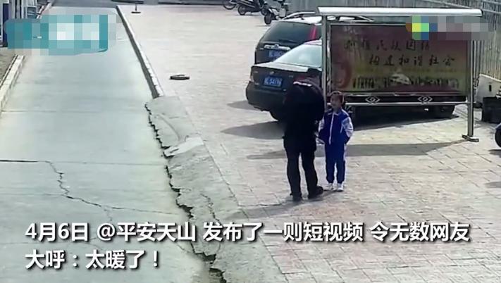 民警执勤时发现小女孩口罩绳子断了 这一幕让人温暖感动 网友纷纷点赞