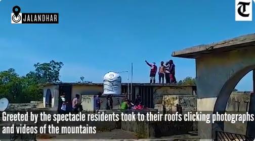 封城后空气污染减少,印度部分民众30年来首见喜马拉雅山