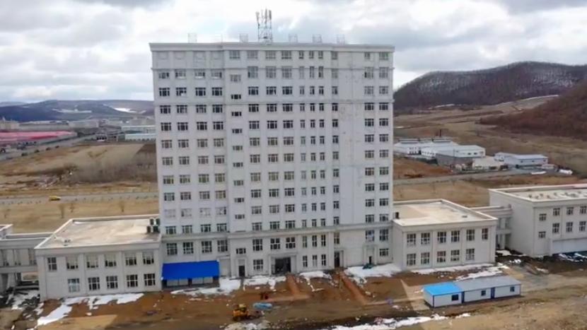 探访绥芬河方舱医院:百名工人正加紧对内部进行设施改造