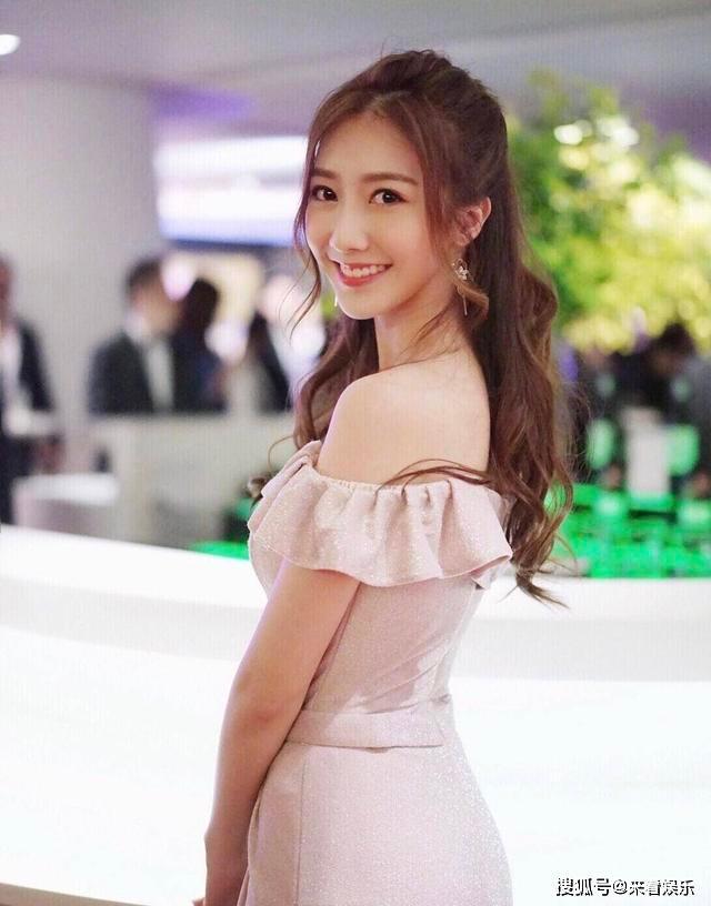 TVB小生新剧获前港姐亚军坐大腿 正牌女友疑似晒大长腿照片反击