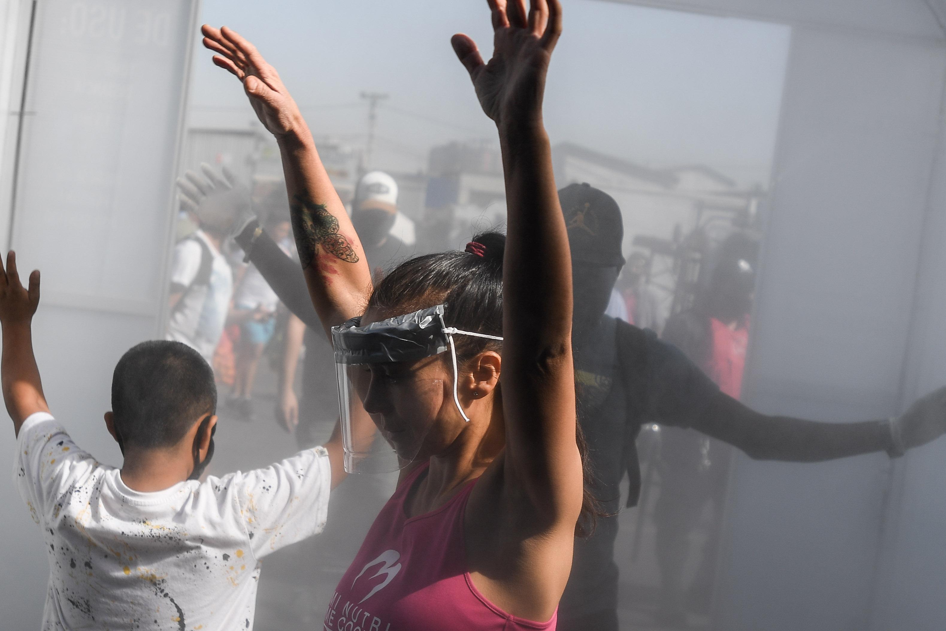 智利圣地亚哥市场安装消毒通道防范新冠病毒感染