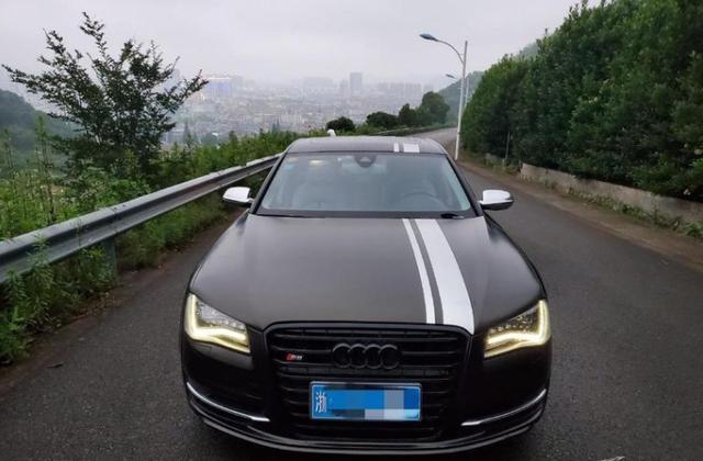 盘山公路遇到奥迪S8,司机很年轻。他承认山路可以提高驾驶技能