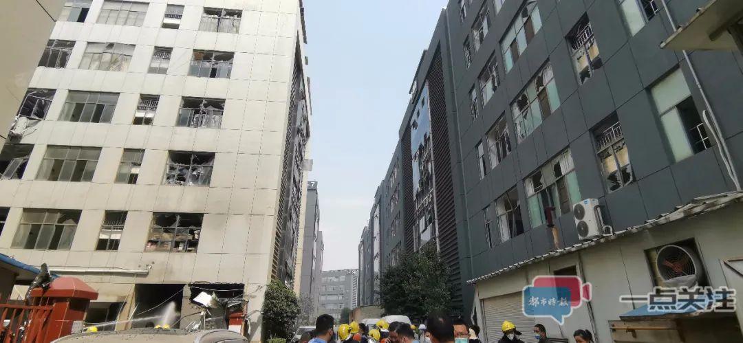 昆明一蒸汽锅炉爆炸:数十窗玻璃震碎,面包车震翻,伤者已送医院