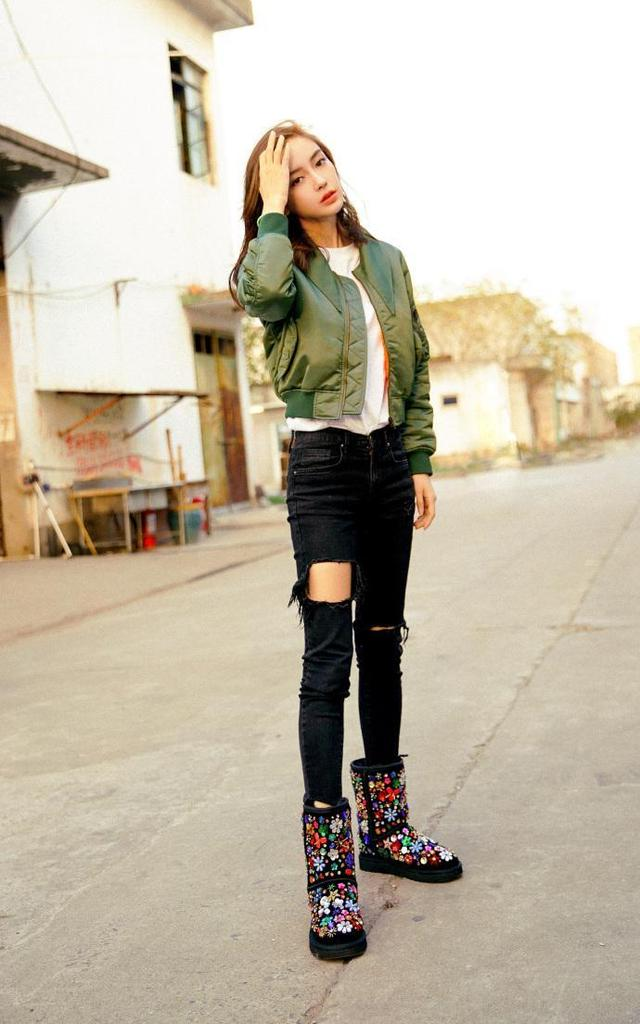 Angelababy身穿Balenciaga军绿色短外套休闲保暖,插兜模样有点儿帅气