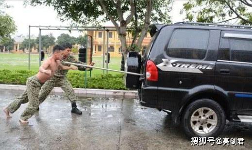 特种兵究竟要如何训练,看看越南特种兵,硬气功才是首选!