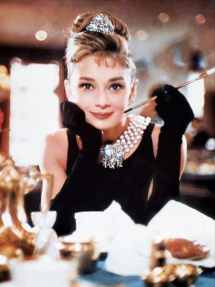 原创             珍珠项链老气过时?章子怡戴出国际范儿,热巴精致,蔡徐坤超帅气