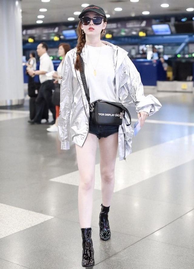 原创             蒋梦婕防疫造型真亮眼,拼色外套叠穿雨衣,防护力满满不失时尚感