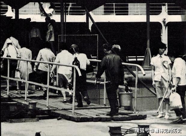 原創            老照片 80年代湖北武漢長江邊的水上飯店 承載著一段歷史