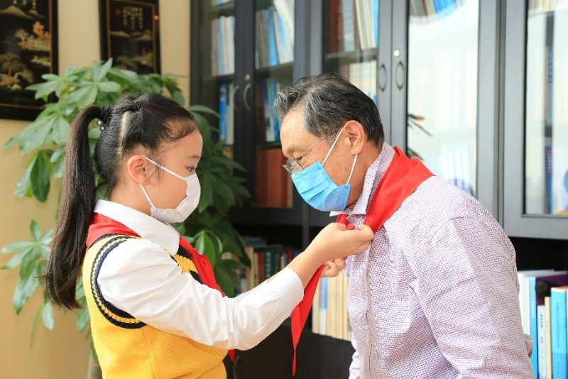 """复学在即, """"老红领巾""""钟南山勉励少先队员相信科学、尊重科学"""