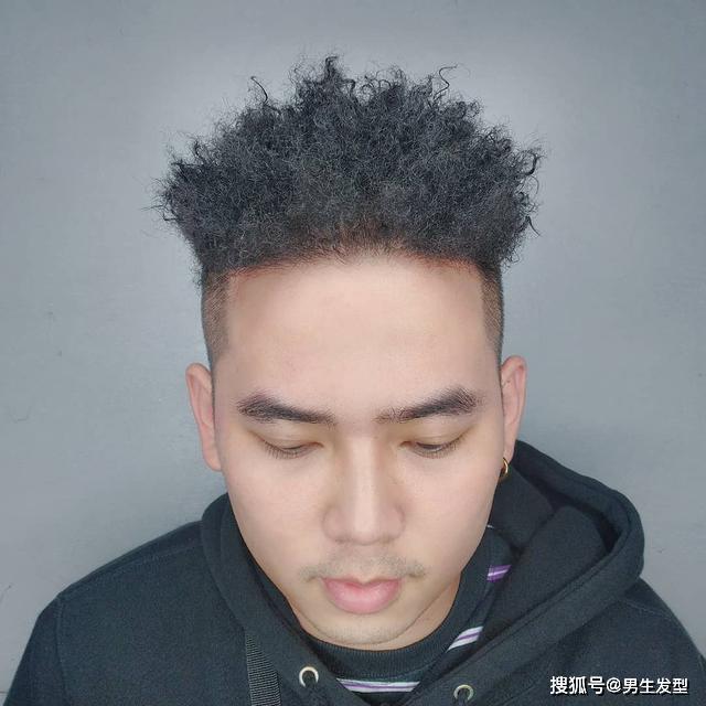 """原创男人""""铁丝烫""""发型霸道帅气,造型新颖潮流,剪完果然提升颜值"""
