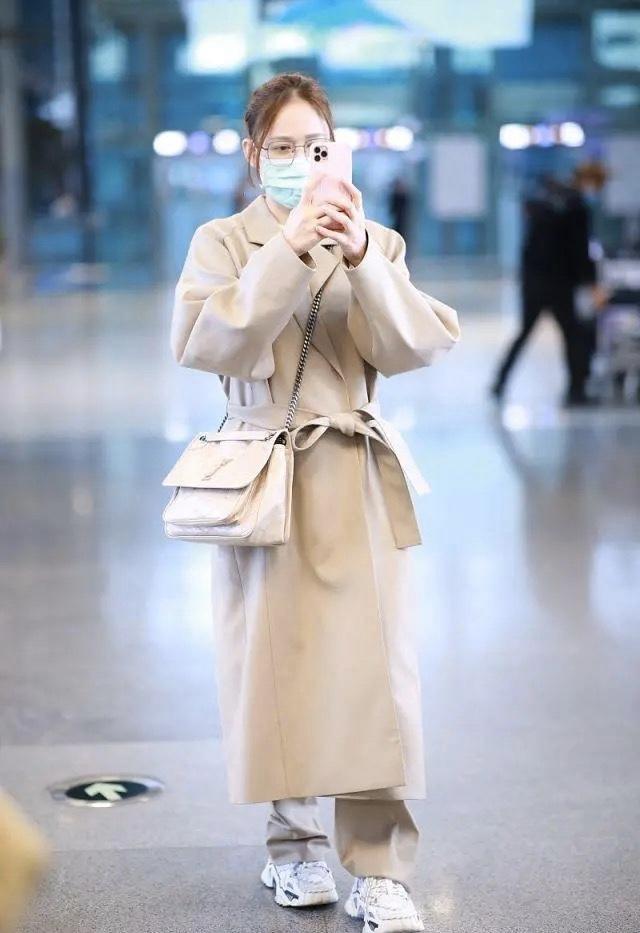 陈乔恩恋爱后心情大好,一身卡其色服装现身,戴口罩都遮不住笑意