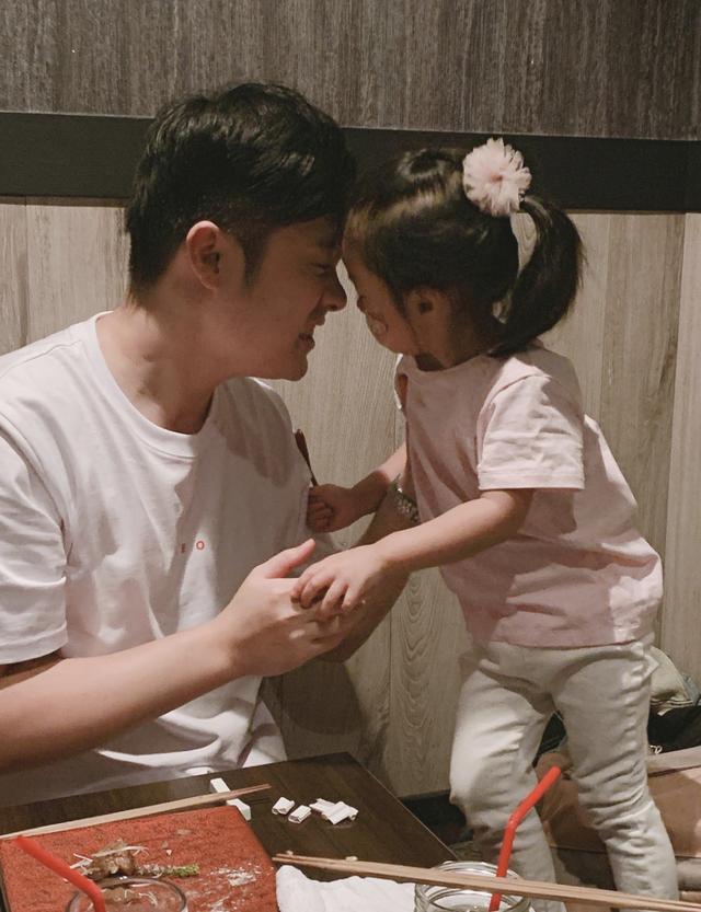 陈赫晒与小女儿互动视频,挠胳肢窝超有爱,妹妹同儿时安安长太像_小东