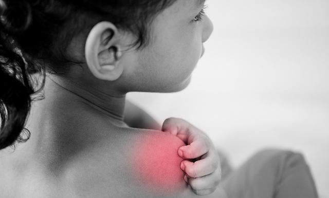 一位得了肩周炎的小孩