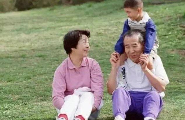 """原创看见爷爷,宝宝突然说""""走开,你个老东西"""",宝宝模仿是谁的错"""