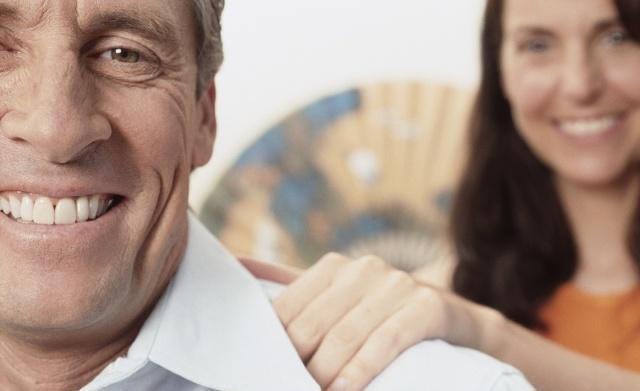 一位得了肩周炎的老爷爷正在做肩周炎护理