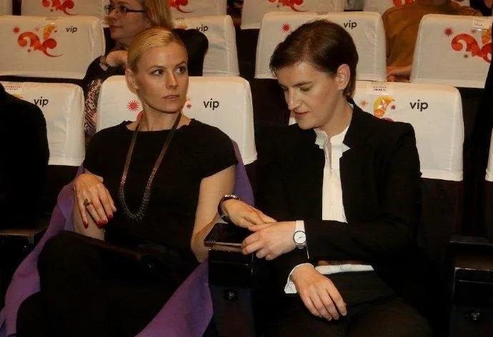 李梦雪整容_塞尔维亚女总理携同性妻子亮相,短发配西装,妻子一身碎花气 ...