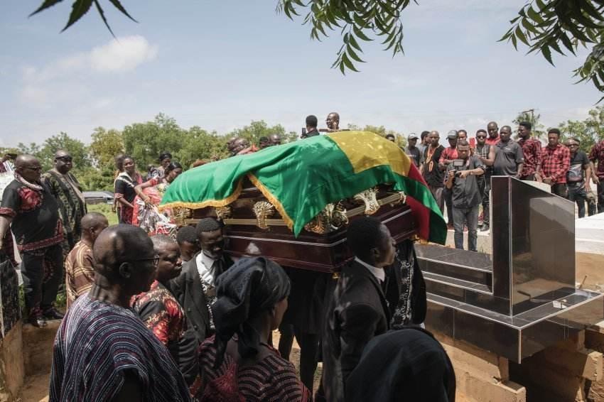 加纳葬礼,也是加纳人的一个社交场合,许多朋友都会来此聚集