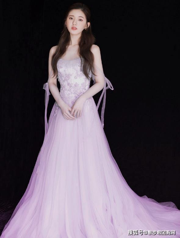 """赵露思的春天来了,身穿紫色抹胸裙,大秀""""蚂蚁腰""""!"""
