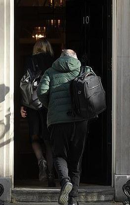 原创 首相后门溜走半月后,鲍里斯的高级顾问终露面,被拍自带午饭上班