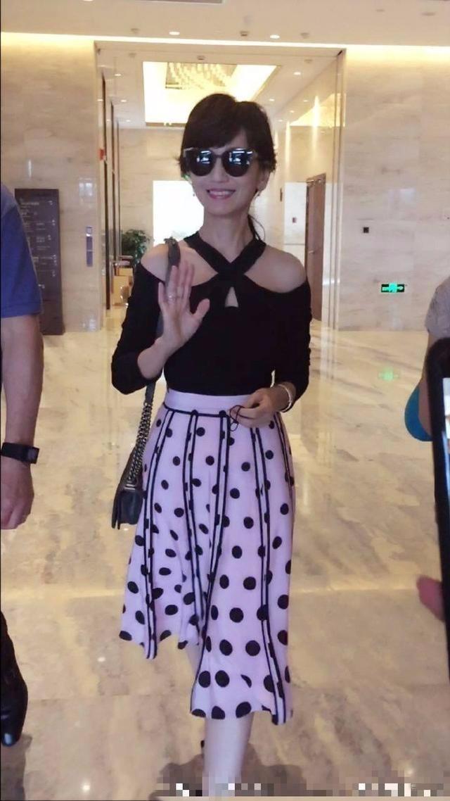 原创赵雅芝掩饰的再好,没有了聚光灯,皱纹身材都证明她是个老年人!