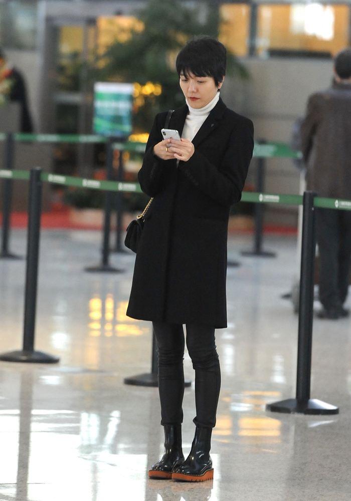 原创             杨乐乐42岁说不老是假的,但她腿长是真的,穿皮裤就很明显!