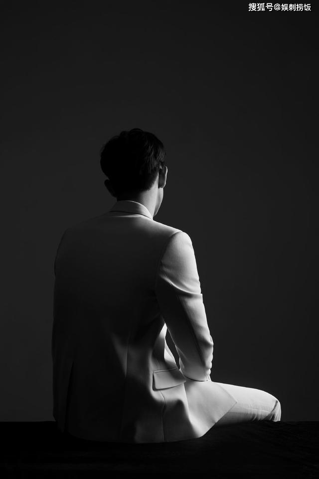『西装』白色西装加上完美的侧脸,既帅气又魅力十足,李现晒黑白帅照