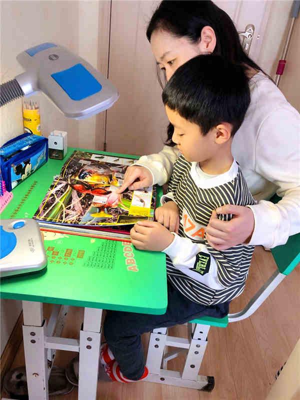稳恒者儿童服务站小朋友王奕尧在网课上学之后,坚持学习课外科普书籍